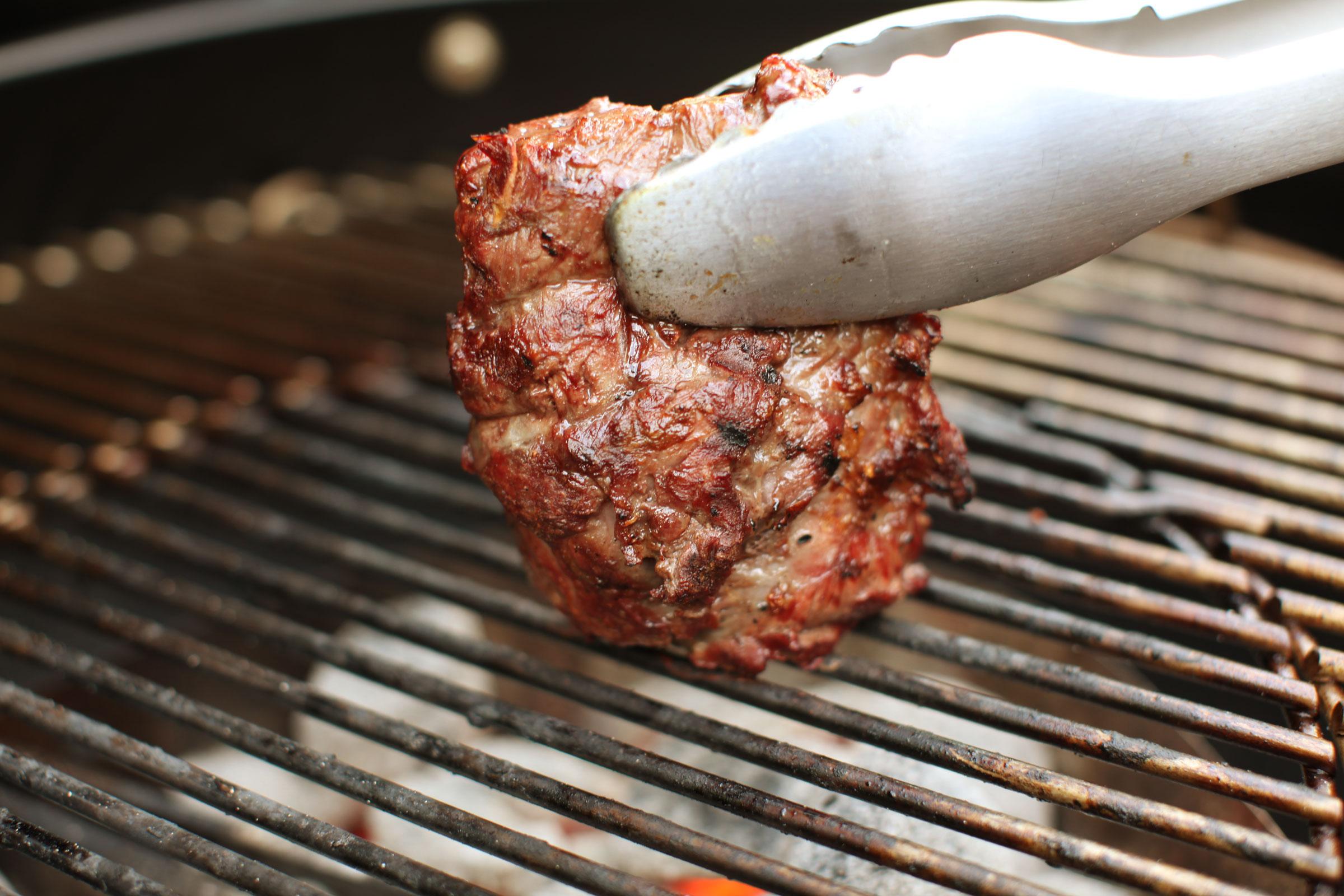 Gegrillte Schweinsfledermaus vom Grill schmeckt einfach herrlich.